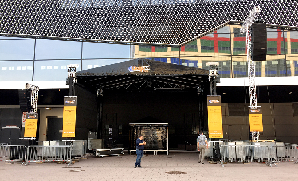 Bühne auf dem Außengelände