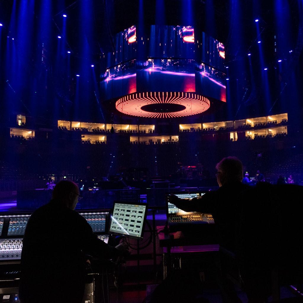 Patrick Eckerlin am Beschallungs-FOH des PUR Konzerts in der Kölner Lanxess Arena (links)