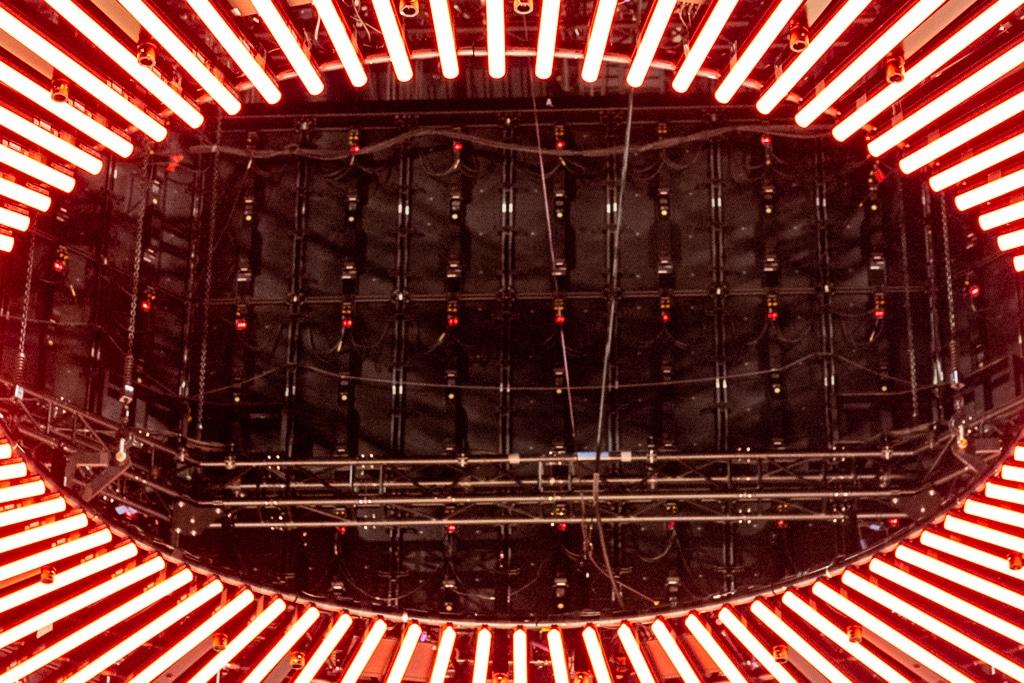 """Blick in das Licht-Element """"Rolling Coin"""" auf die innen liegende Technik"""