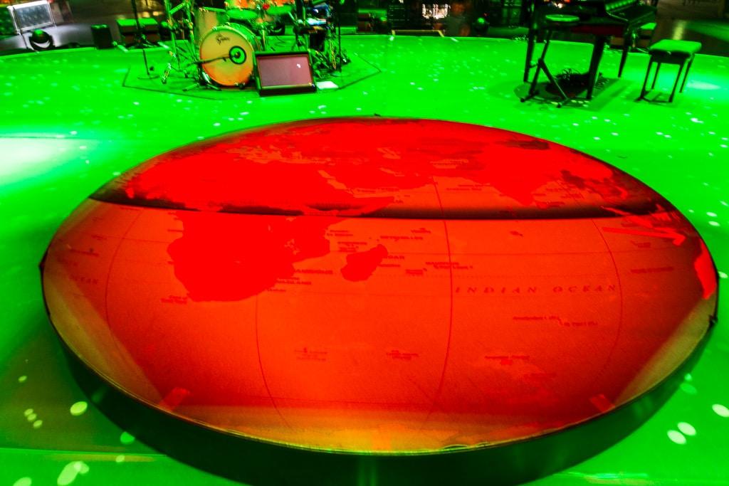 Bühnenboden mit Weltkugel-Podest beim PUR Konzert