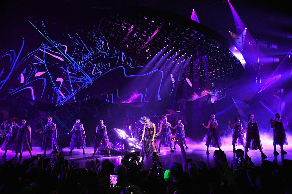 Lady Gaga und Tänzer bei der Enigma Show in Las Vegas