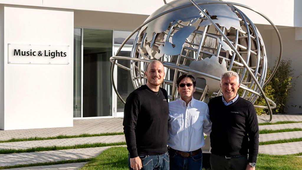 Mitarbeiter von Musikc&Lights und Lighting&Sound Distribution vor dem neuen Headquater von Music&Lights in Minturno, Italien