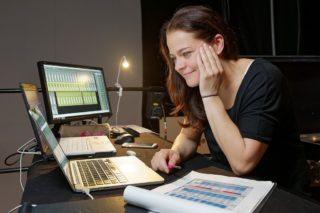 Svenja Dunkel bei der Berechnung von Frequenzen