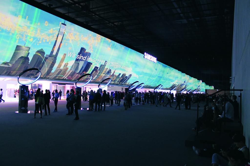 10 x 56 Meter große Projektionsfolie auf einem Messestand von Samsung