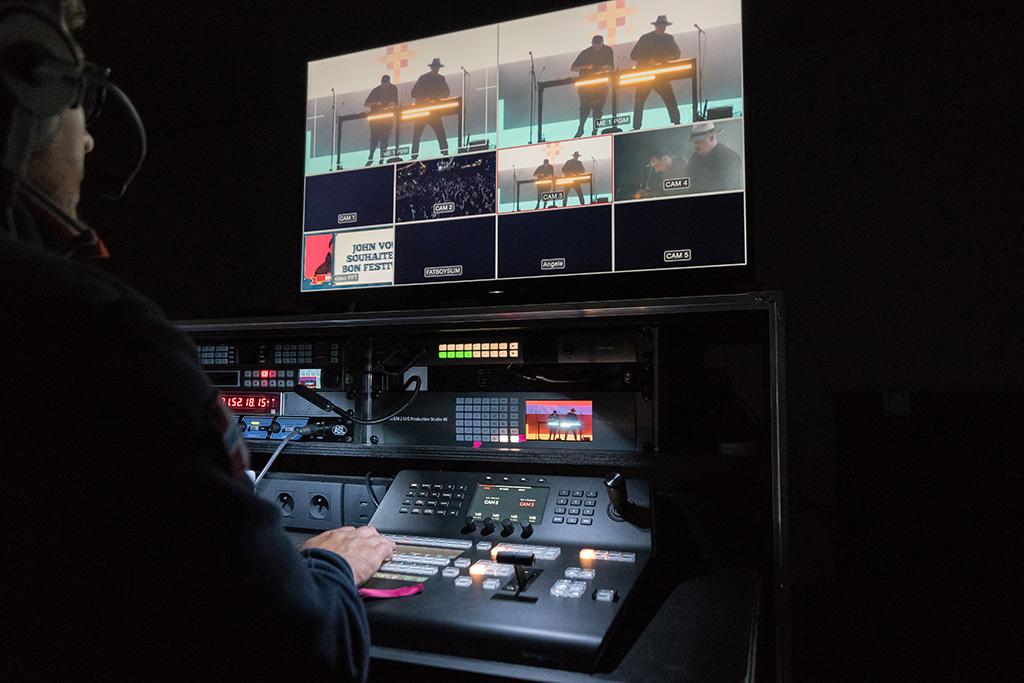 ATEM 2 M/E Production Studio 4K mit einem ATEM 1M/E Advanced Panel für die Bildmischung