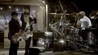 ZZ Top neben einem Schlagzeug