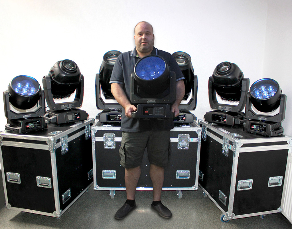 Christian Kohl, Geschäftsführer Motion GmbH mit einigen der neuen Elation Proteus Maximus, Proteus Smarty Hybrid und Proteus Rayzor 760