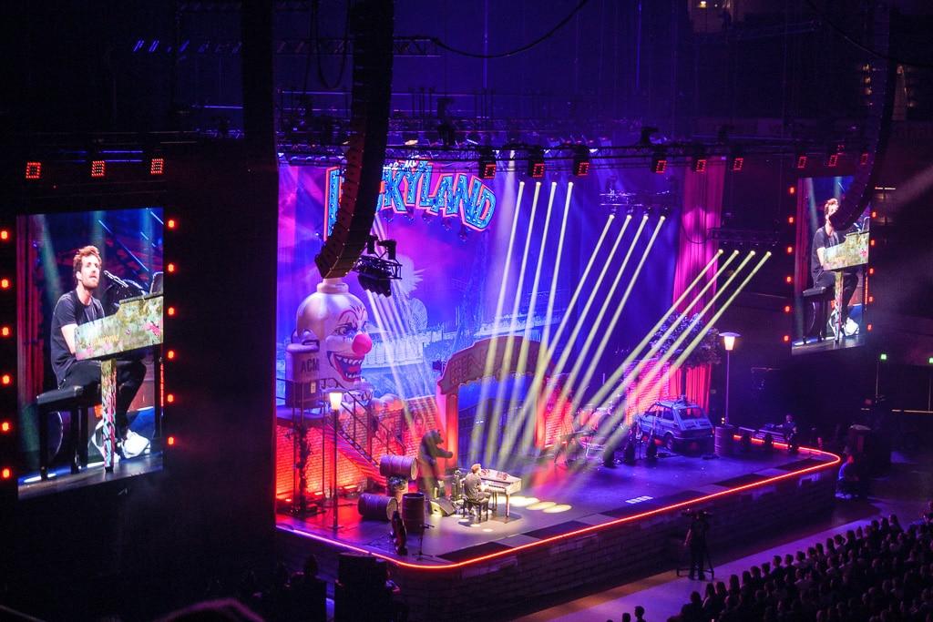 Ein überdimensionaler Clownskopf auf der Luckyland-Bühne