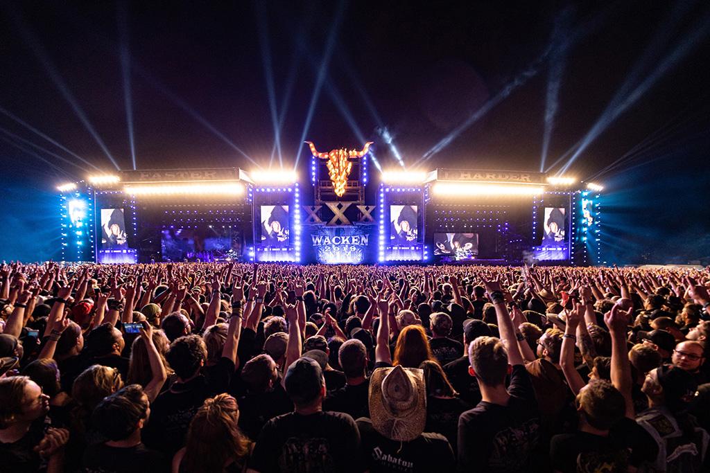 Bühne mit parallele Steuerung von zwei Bühnen zu den Klängen von Sabaton beim Wacken Open Air 2019