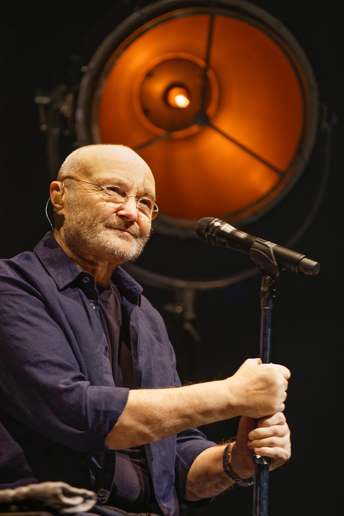 Phil Collins vor Robe Patt und mit Shure KSM 8