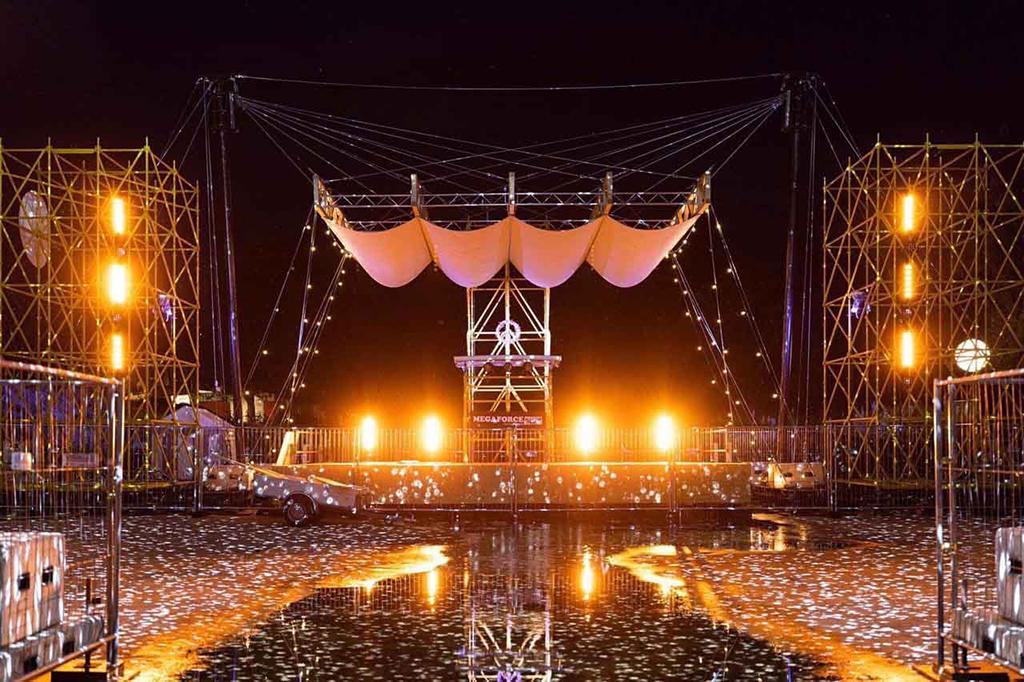 Replik der Woodstock-Bühne von Megaforce