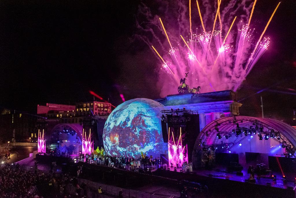 """Bühne mit Dome Projection zur Abschlussfeier der Inszenierung zu """"30 Jahre Friedliche Revolution"""" vor dem Brandenburger Tor"""
