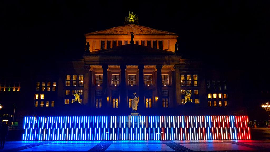 Lichtinstallation mit Astera-Tubes vor dem Berliner Gendarmenmarkt