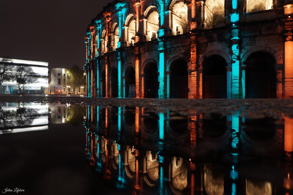 Beleuchtete Torbögen des Amphitheaters