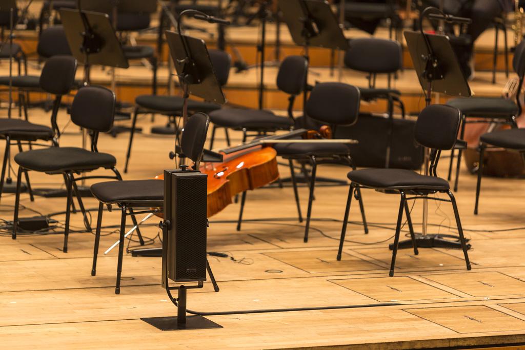 Lautsprecherbox vor Stühlen des Orchesters
