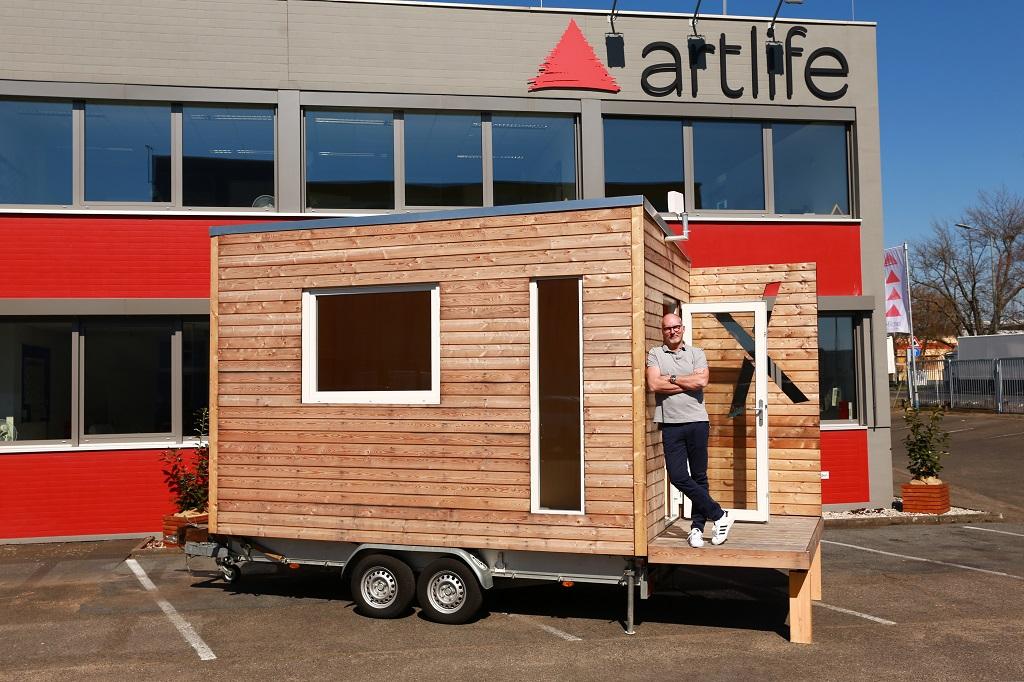 Stephan Haida, Geschäftsführer der Artlife GmbH, präsentiert den Prototypen des Xtra-Raum.