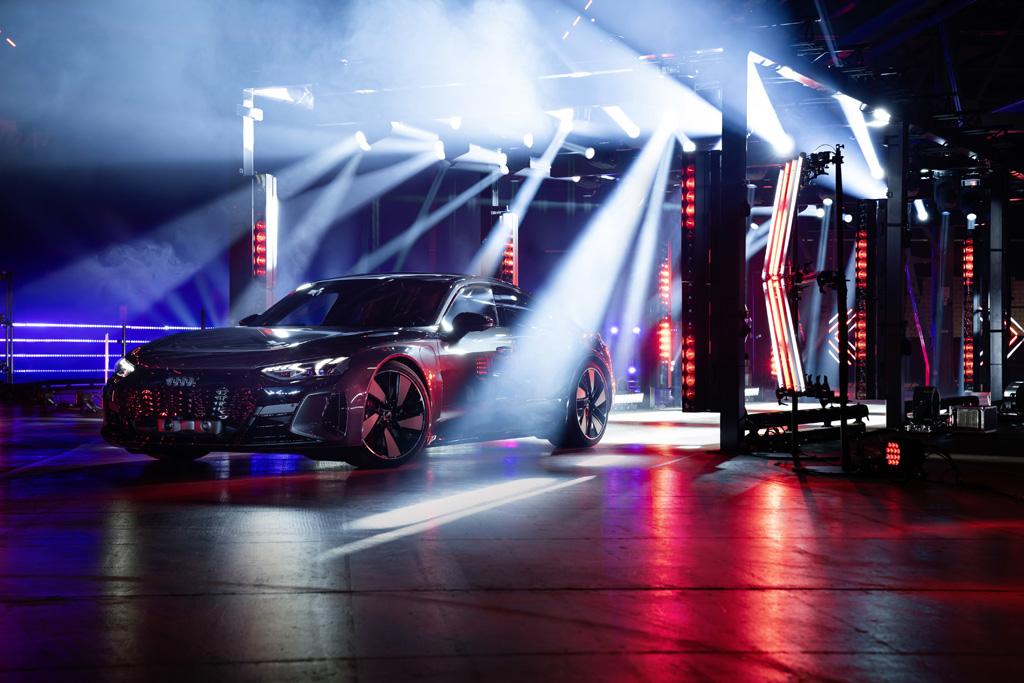 Audi e-Tron mit Scheinwerfern