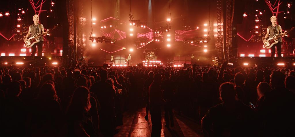 Blick auf die Bühne mit Publikum im Vordergrund