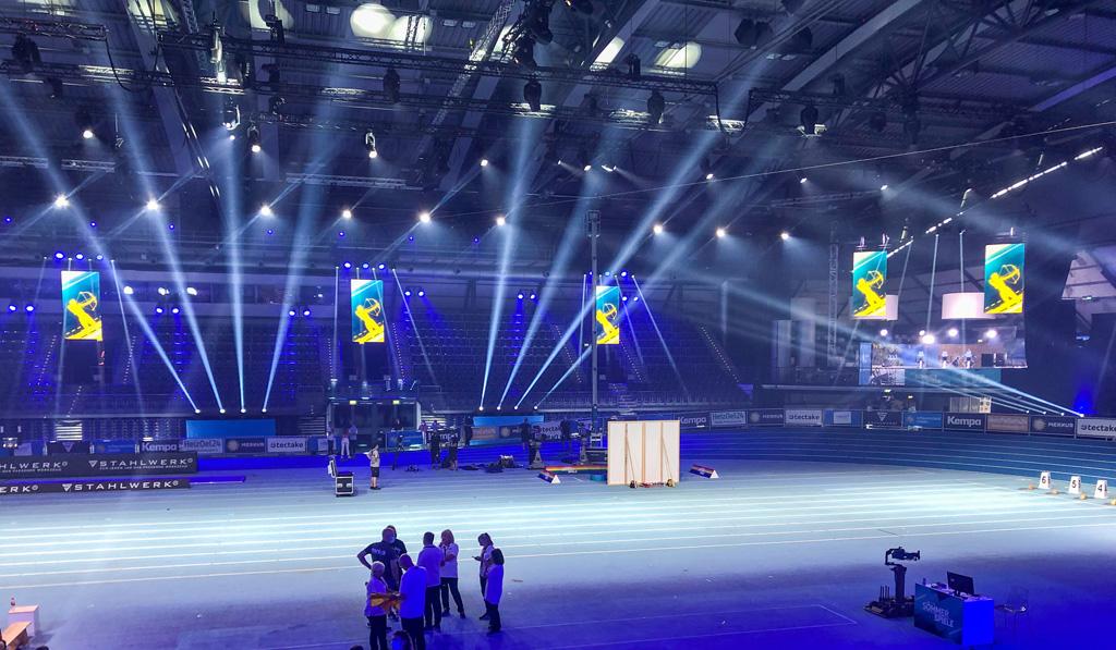 TV Set in einer Halle